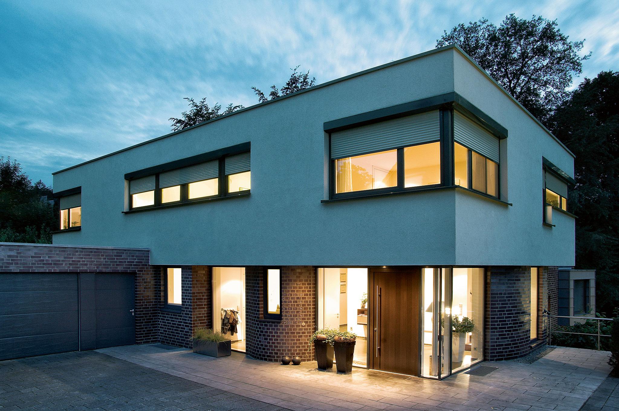 modernes Haus im Abendlicht