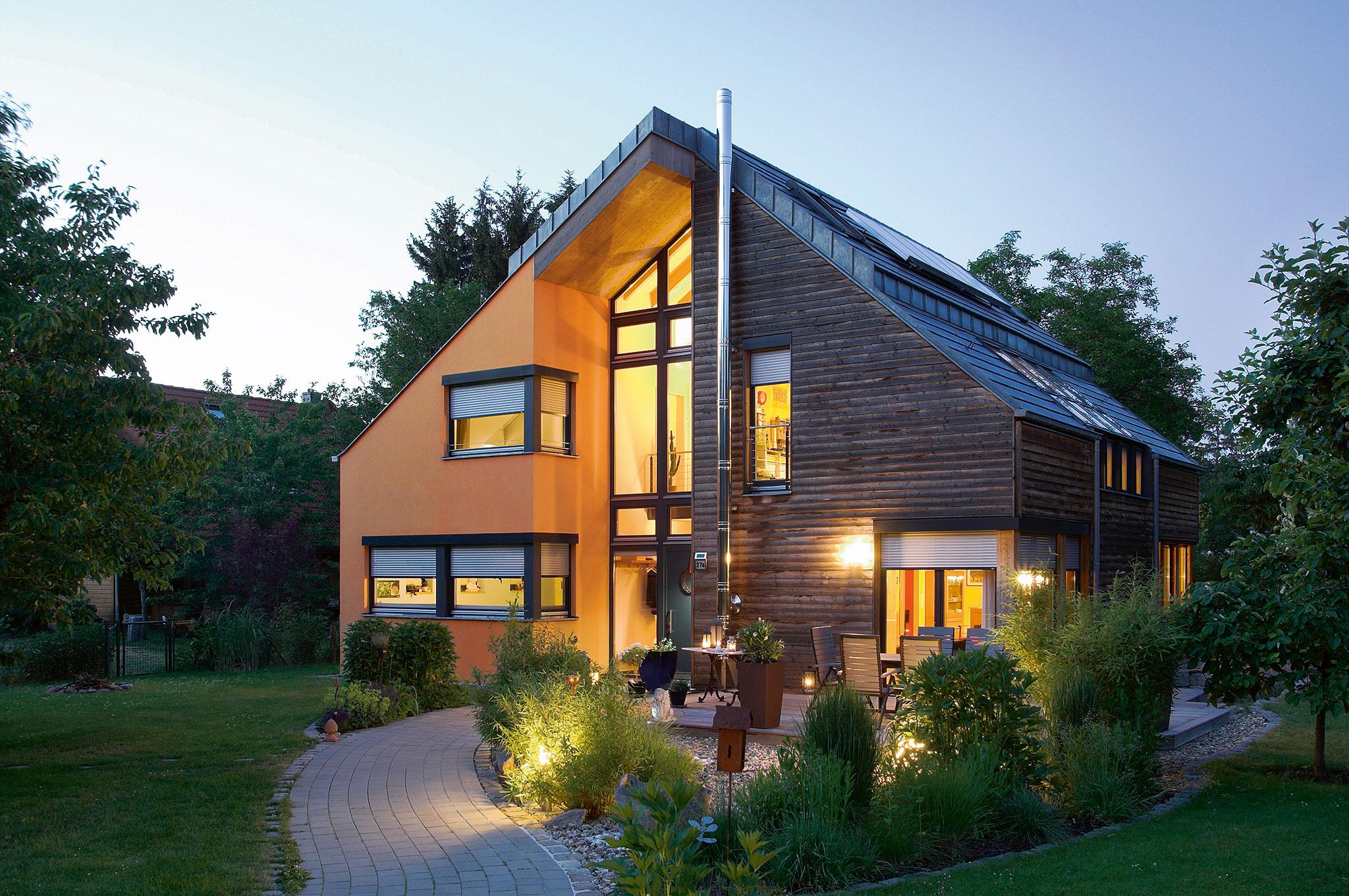 Holzhaus mit Rollläden